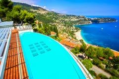 Une piscine privée de dessus de toit donnant sur la plage de Bleu de Golfe Photographie stock libre de droits