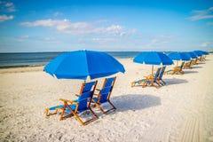 Une plage Chaise Longue affrontant la plage à Fort Myers, la Floride photographie stock