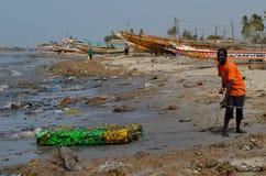 Une plage couverte par les ordures en plastique dans le petit CÃ'te du Sénégal, Afrique occidentale images stock