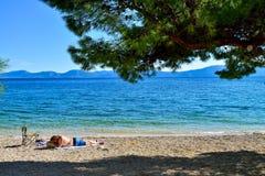 Une plage dans Drvenik, Croatie Image libre de droits
