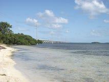 une plage isolée avec un pont derrière image libre de droits