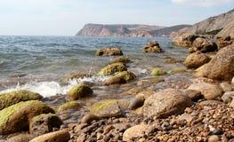 Une plage pierreuse Image libre de droits