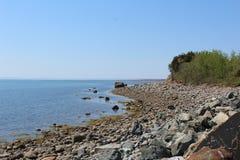 Une plage rocheuse un jour d'été sur l'Île du Cap-Breton images stock