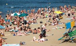 Une plage serrée d'été, les gens les prennent un bain de soleil au soleil et nagent en rivière de mer, océan photographie stock