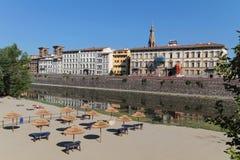 Une plage sur la rivière de l'Arno Images libres de droits