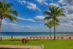 Une plage tropicale magnifique en été Photos stock