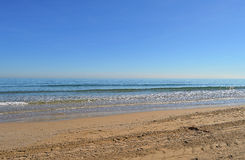 Une plage vide et une mer plate Photographie stock