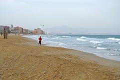 Une plage vide excepté un fonctionnement de femme photos libres de droits
