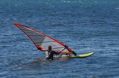 Une planche ? voile monte sur la mer dans le calme, vent l?ger photo stock