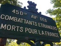 Une plaque d'identification de rue commémore les combattants étrangers photographie stock