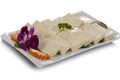 Une plaque de fond blanc coupé par tofu Image stock