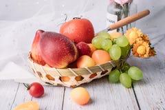 Une plaque de fruit images stock