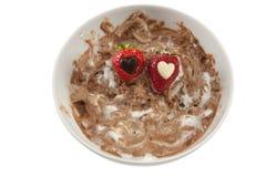 Une plaque de mousse de chocolat malpropre avec le strawberrie Images libres de droits