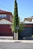 Une plaque de rue de manière dans la rue suburbaine images stock