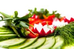 Une plaque des légumes découpés en tranches frais Photos libres de droits