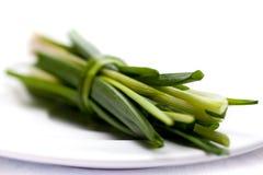 Une plaque des légumes découpés en tranches frais Photos stock