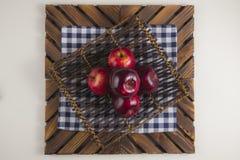 Une plaque des pommes Photographie stock