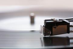 Une plaque tournante avec un enregistrement de vinyle Photo stock