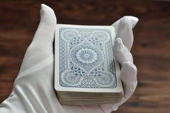 Une plate-forme des cartes étant tenues dans des magiciens remettent photo stock