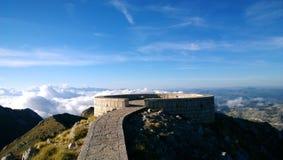 Une plate-forme ronde de visionnement chez Njegosh commémoratif sur Lovcen dans Monténégro La vue du haut des montagnes photo stock