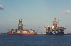 Une plateforme pétrolière, une plate-forme de plate-forme et ou (familièrement) pétrolière en mer Photographie stock libre de droits