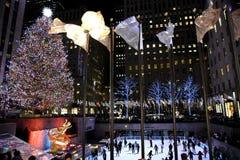 Une plaza brillamment lumineuse de Rockefeller avec un arbre de Noël photographie stock