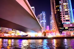 Une pleine ville de beauté complètement de l'éclairage la nuit Images libres de droits