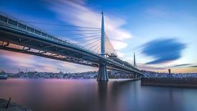 Une plus longue exposition au coucher du soleil d'or de pont en klaxon Photos libres de droits
