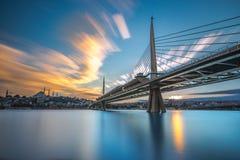 Une plus longue exposition au coucher du soleil d'or de pont en klaxon Images stock