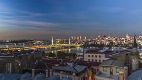 Une plus longue exposition au crépuscule d'or de pont en klaxon Image stock