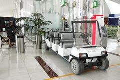 Une plus longue version des voitures à piles dans l'aéroport de Dubaï Image stock