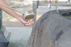 Une poche de l'eau au pavillon de purification image libre de droits