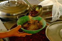 Une poche de soupe épicée dans une tasse, une soupe épicée en Thaïlande du nord n image libre de droits