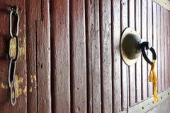 Une poignée de porte d'un fort au Bhutan Photographie stock libre de droits