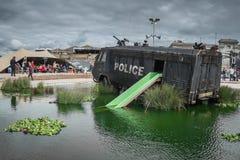Une police s'ameute le fourgon dans la crique de canon à eau chez Banksys Dismaland Images stock