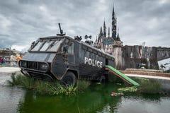 Une police s'ameute le fourgon dans la crique de canon à eau chez Banksys Dismaland Photo stock