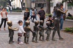 Une politique d'enfant dans la porcelaine Photos stock