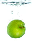 Une pomme dans l'eau photos stock