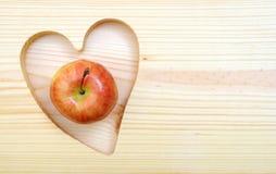 Une pomme dans la forme de coeur Image stock