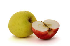 Une pomme jaune et demi pomme de rouges Image stock