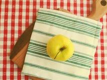 Une pomme sur le conseil en bois Photos libres de droits