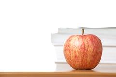 Une pomme sur un bureau de professeurs Images stock