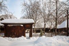 Une porte à un village d'hiver Photos stock