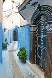 Une porte élaborée et un passage couvert piétonnier étroit dans le residenti photographie stock libre de droits