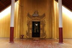 Une porte au palais de Mandalay Photographie stock