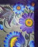 Une porte avec le pourpre et la Violet Flowers Photos libres de droits