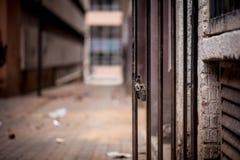 Une porte barrée par métal avec une position de cadenas ouverte contre images libres de droits