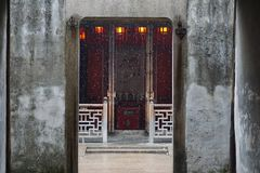 une porte chinoise de tradition avec le flaot de neige par lui photo stock