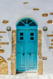 Une porte colorée traditionnelle sur les îles de Cyclades Photos stock