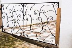 Une porte d'une cour moderne de village Immobiliers connexes Images stock